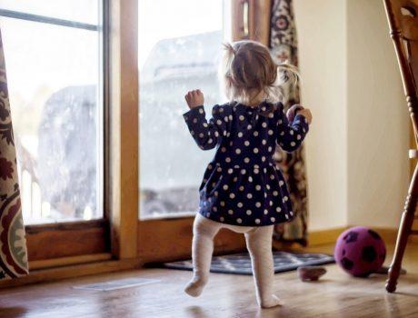 Какво трябва да знаем при избор на бебешка проходилка