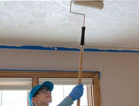 Как да боядисаме тавана в кухнята: изборът на надеждна боя и технология на нанасяне