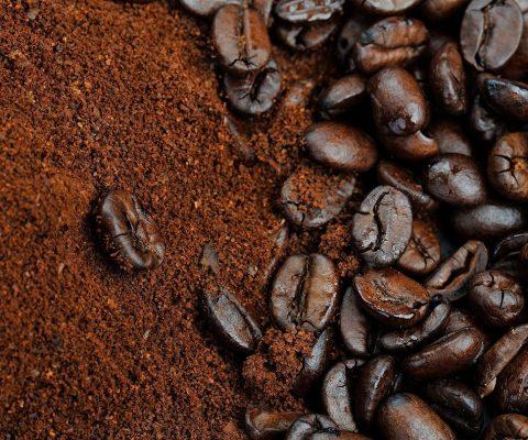 кафе зърна разсипани със смляно кафе